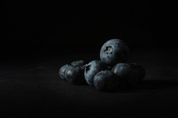 Nahaufnahme von vielen blaubeeren aufeinander