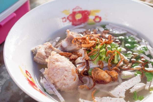 Nahaufnahme von vietnamesischen nudeln mit suppe mit reis fadennudeln zu kochen.