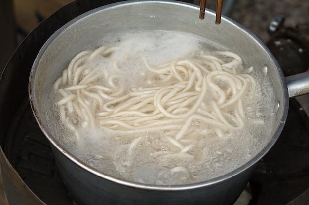 Nahaufnahme von vietnamesischen nudeln mit suppe mit reis-nudeln. street food.