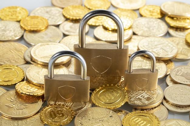 Nahaufnahme von vorhängeschlössern auf einem haufen münzen - sicheres bankkonzept