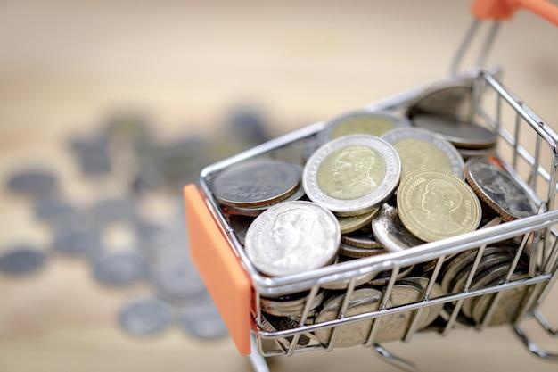Nahaufnahme von währungmünzen des thailändischen baht in einem warenkorb.
