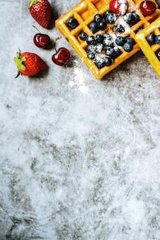 Nahaufnahme von waffeln mit geschmackvollen fruchtmoosbeeren