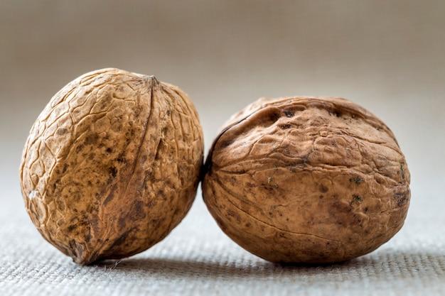 Nahaufnahme von walnüssen in der holzschale lokalisiert auf leichtem kopierraum. gesundes leckeres bio-lebensmittelkonzept.
