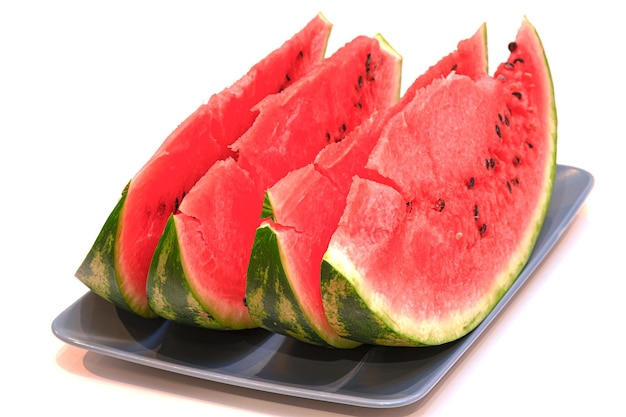 Nahaufnahme von wassermelonenscheiben auf einem weißen hintergrund.