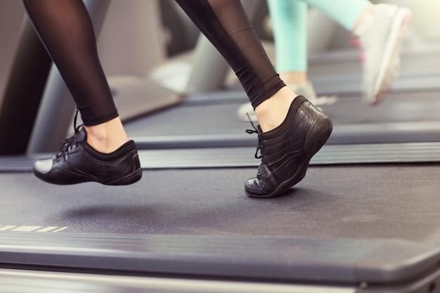 Nahaufnahme von weiblichen beinen auf tredmill
