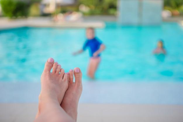 Nahaufnahme von weiblichen füßen auf swimmingpool