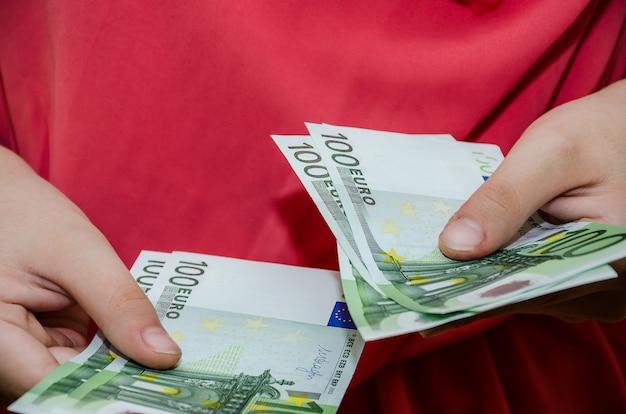 Nahaufnahme von weiblichen händen mit geld konzept des gebens oder nehmens von euro