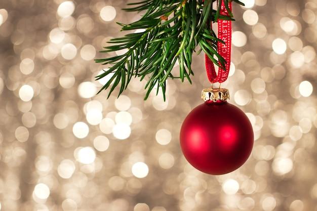Nahaufnahme von weihnachtsdekorationen mit hellem buntem bokeh auf hintergrund, weihnachtskonzept