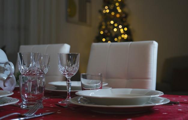 Nahaufnahme von weingläsern am weihnachtstisch