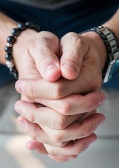 Nahaufnahme von weißen händen in betender geste