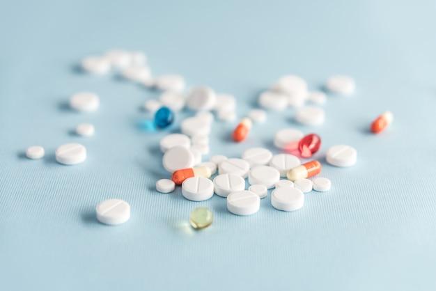 Nahaufnahme von weißen tabletten und bunten kapseln