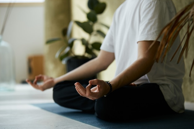 Nahaufnahme von yoga mudra mit händen, mannhänden in meditationshaltung, achtsamkeit und psychischem gesundheitskonzept