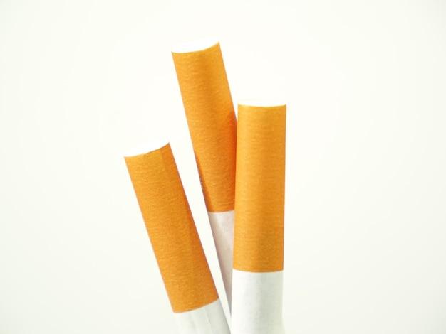 Nahaufnahme von zigaretten und dem tabakblatt, das sich in den zigaretten befindet