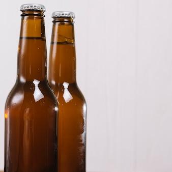Nahaufnahme von zwei bierflaschen
