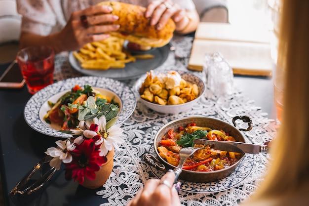 Nahaufnahme von zwei frauen, die zusammen im café zu mittag essen