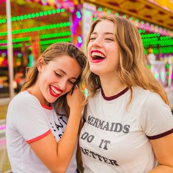 Nahaufnahme von zwei glücklichen weiblichen freunden