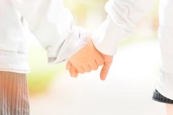 Nahaufnahme von zwei Kindern, die Hände anhalten