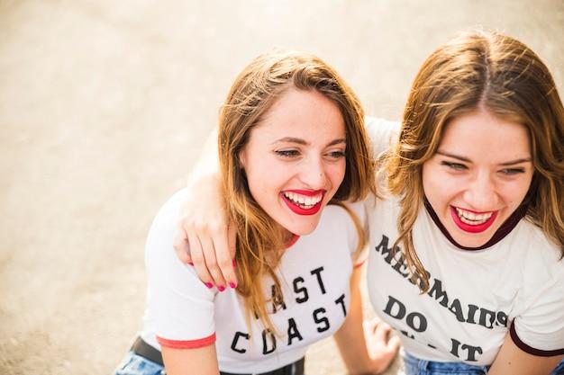 Nahaufnahme von zwei lächelnden freundinnen