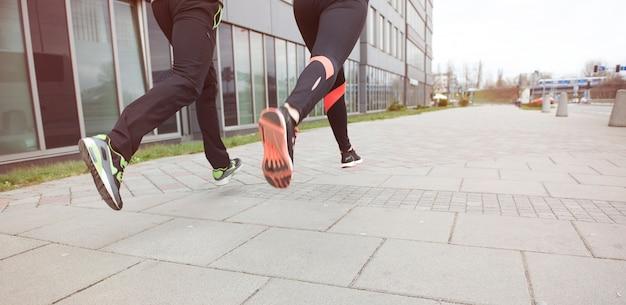 Nahaufnahme von zwei läufern in der stadt