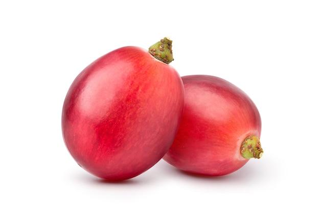 Nahaufnahme von zwei roten trauben auf weiß