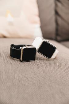 Nahaufnahme von zwei schwarzen und weißen smartwatch