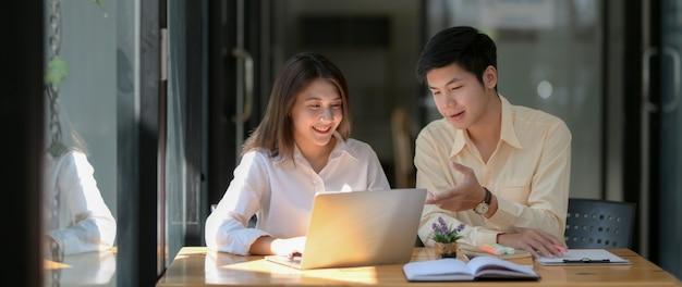 Nahaufnahme von zwei universitätsstudenten, die sich zu ihrer aufgabe beraten