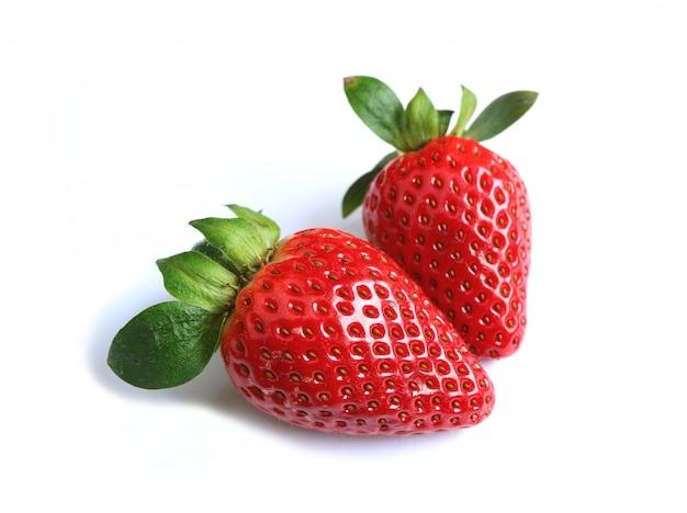 Nahaufnahme von zwei vibrierenden roten frischen reifen erdbeerfrüchten