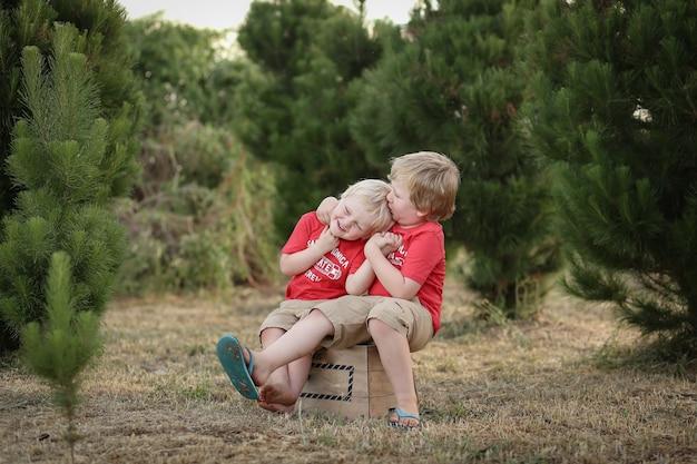 Nahaufnahme von zwei weißen kaukasischen kindern mit blonden haaren, die miteinander verkleben