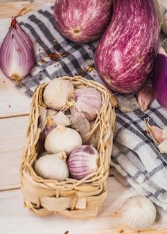 Nahaufnahme von zwiebeln in der nähe von auberginen auf tuch