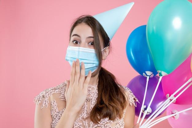 Nahaufnahme-vorderansicht-partygirl mit krone und maske, die ballons hält