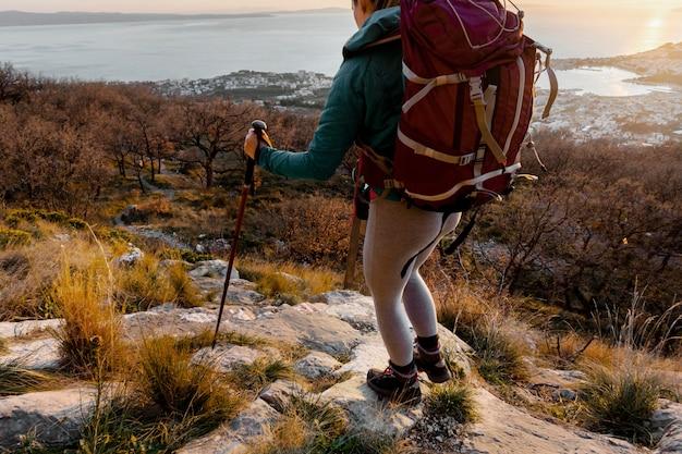 Nahaufnahme wanderer tragen rucksack