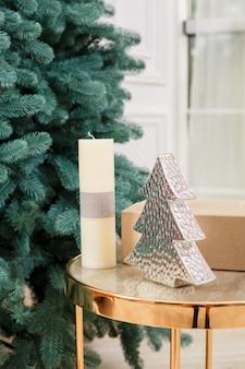 Nahaufnahme-weihnachtsbaum ohne spielzeug. gute neujahrsstimmung. zweige eines grünen weihnachtsbaumes hautnah