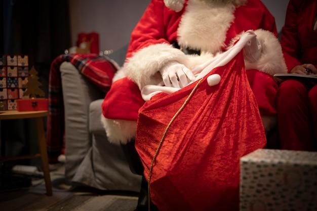 Nahaufnahme weihnachtsmann, der geschenke gründet