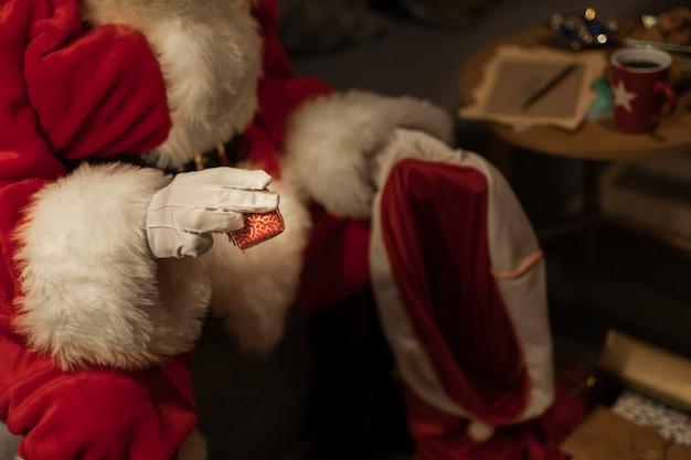 Nahaufnahme weihnachtsmann, der geschenke liefert