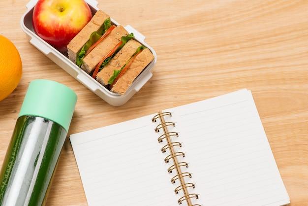 Nahaufnahme weiße lunchbox am arbeitsplatz des schreibtisches, gesunde ernährung, saubere ernährungsgewohnheiten für ernährung und gesundheitskonzept