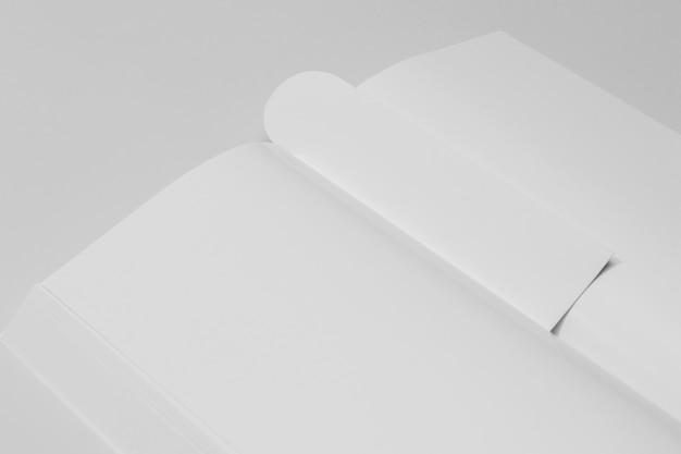Nahaufnahme weißes kopienraumbuch und lesezeichen