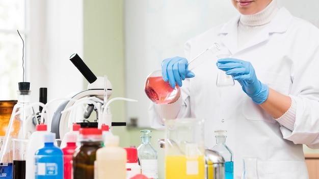 Nahaufnahme wissenschaftler halten flasche