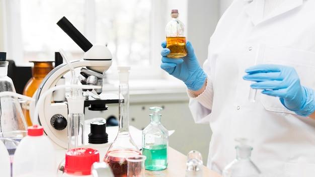Nahaufnahme wissenschaftler im labor