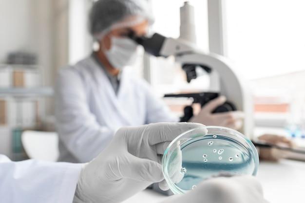Nahaufnahme wissenschaftler mit mikroskop