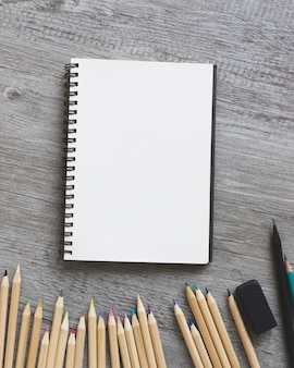 Nahaufnahme zeichnet nahe skizzenbuch an