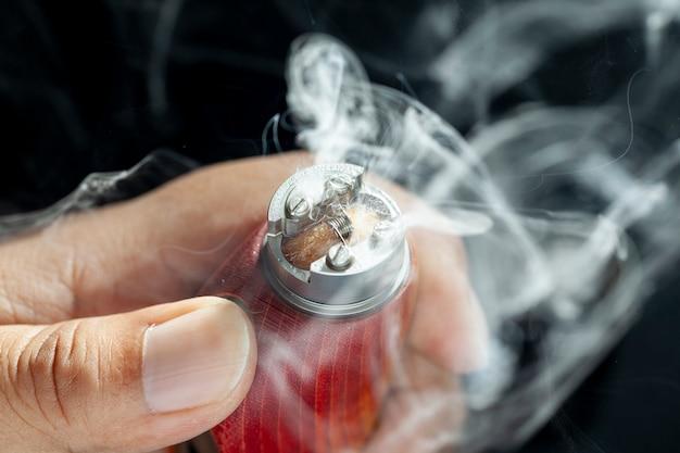 Nahaufnahme zeigen das verbrennen von e-saft oder e-flüssigkeit auf einer einzelnen mikrospule