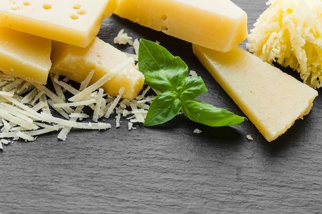 Nahaufnahme zerriebener parmesankäse auf tabelle
