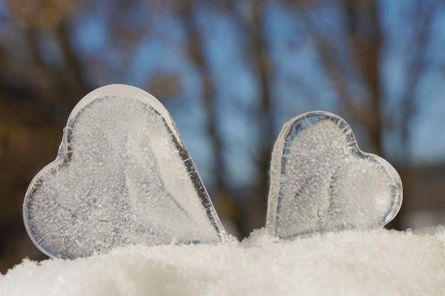 Nahaufnahme zu den herzen des eises in der winterlandschaft
