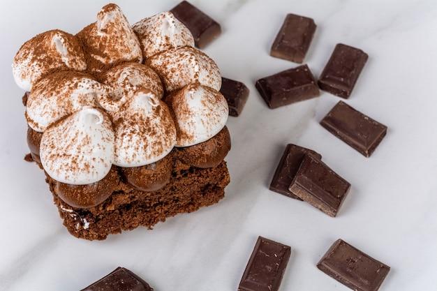 Nahaufnahme zu köstlichem mini-schokoladenkuchen mit baiser