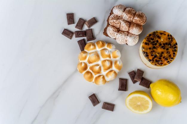Nahaufnahme zu köstlicher mini-schokolade, zitronenkuchen und passionsfruchtkuchen. kochkonzept.