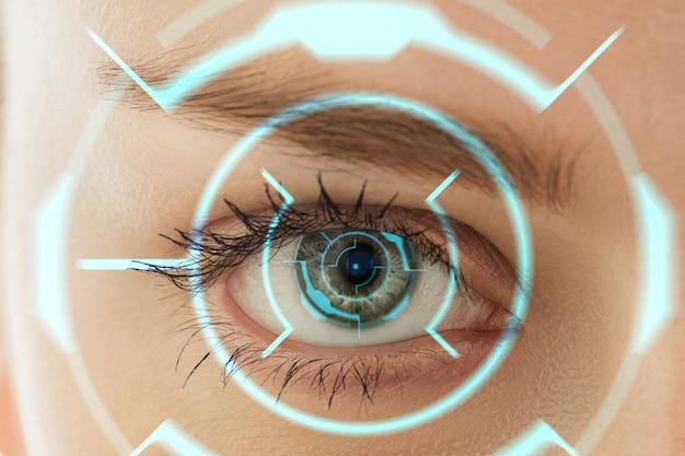 Nahaufnahme. zukünftige frau mit cyber-technologie-augenpanel, cyberspace-schnittstelle, augenheilkunde-konzept. schönes weibliches auge mit moderner identifizierung, medizinische behandlung für den fokus. visuelle effekte.
