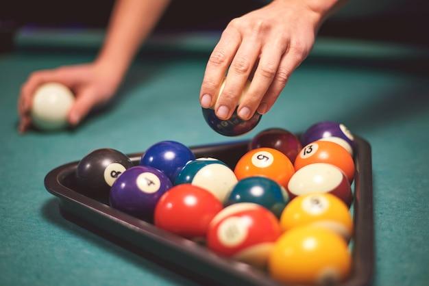 Nahaufnahme zur hand mit dem ziel, poolspiel zu spielen