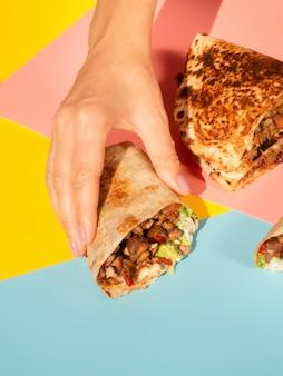 Nahaufnahmeanordnung mit geschmackvollem mexikanischem lebensmittel