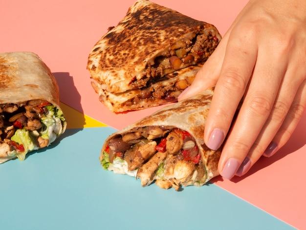 Nahaufnahmeanordnung mit köstlichem mexikanischem lebensmittel