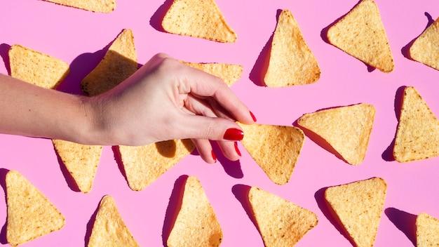 Nahaufnahmeanordnung mit tortilla auf rosa hintergrund
